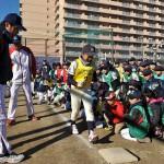 ベースの踏む位置を指導する笘篠先生(奥)と中尾先生(手前)
